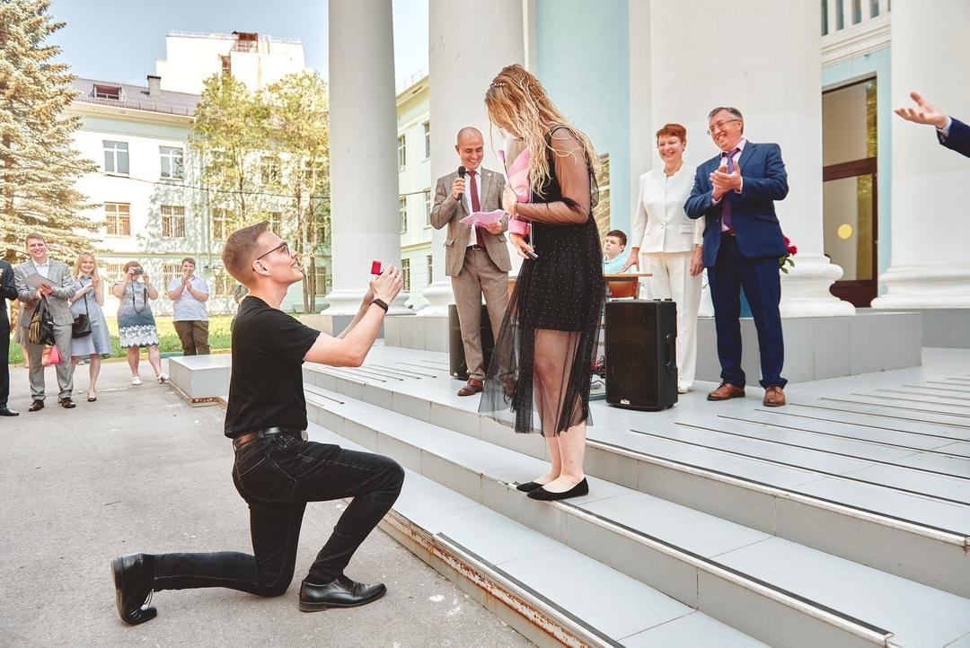 Студентке ПИМУ сделали предложение руки и сердца на церемонии вручения дипломов