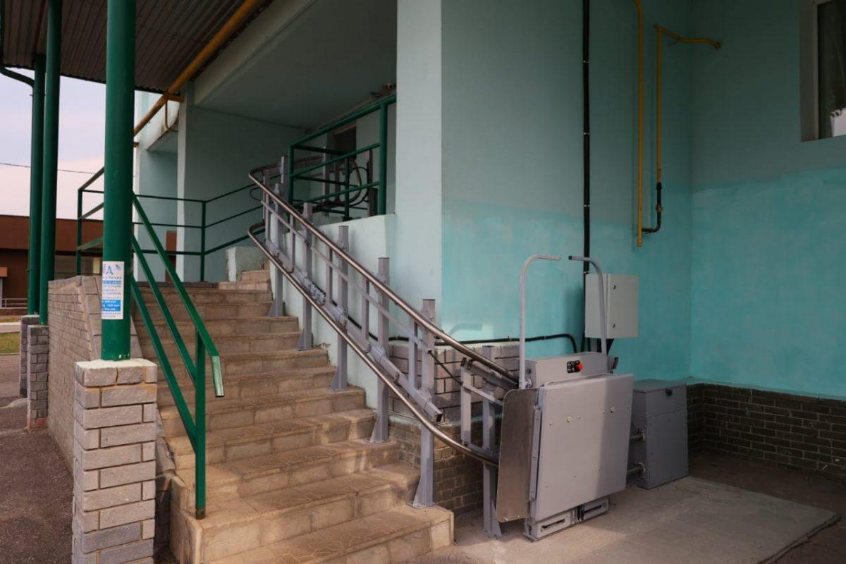 В Дзержинске установили электрический подъемник для подростка-инвалида