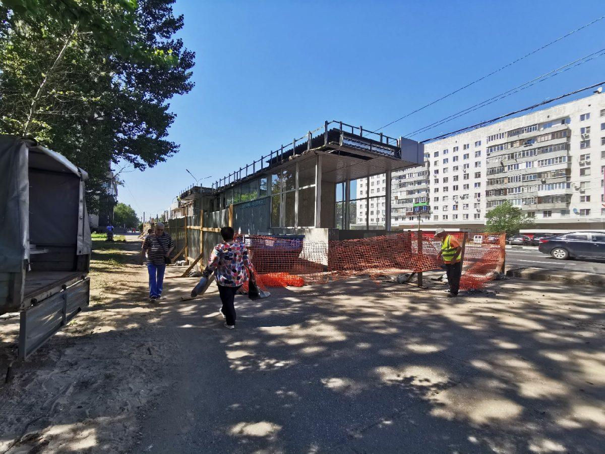 Павильон с аптекой сносят у станции метро «Двигатель революции»