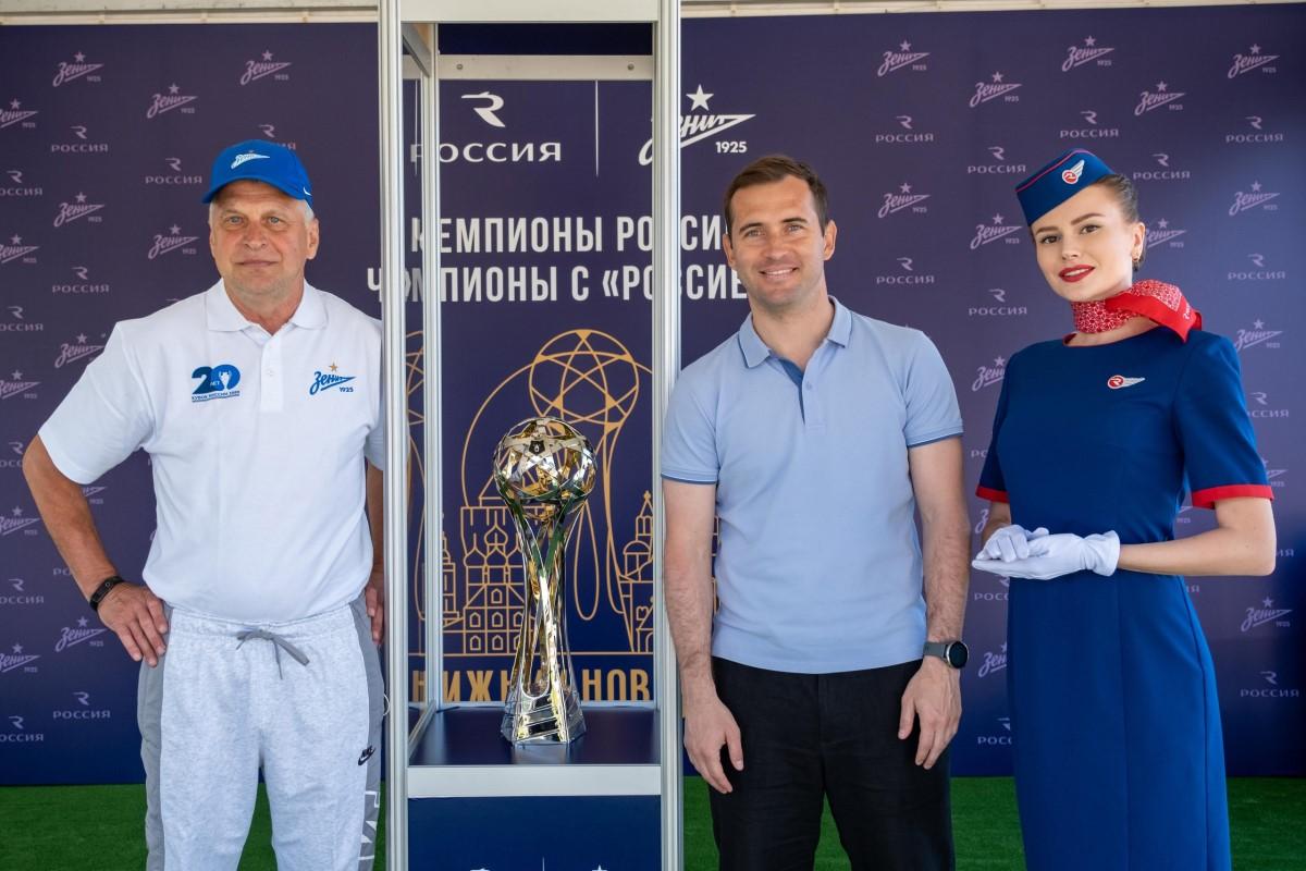 Александр Кержаков стал гостем интерактивной площадки «800 до 800» и сфотографировался с Кубком чемпионов России