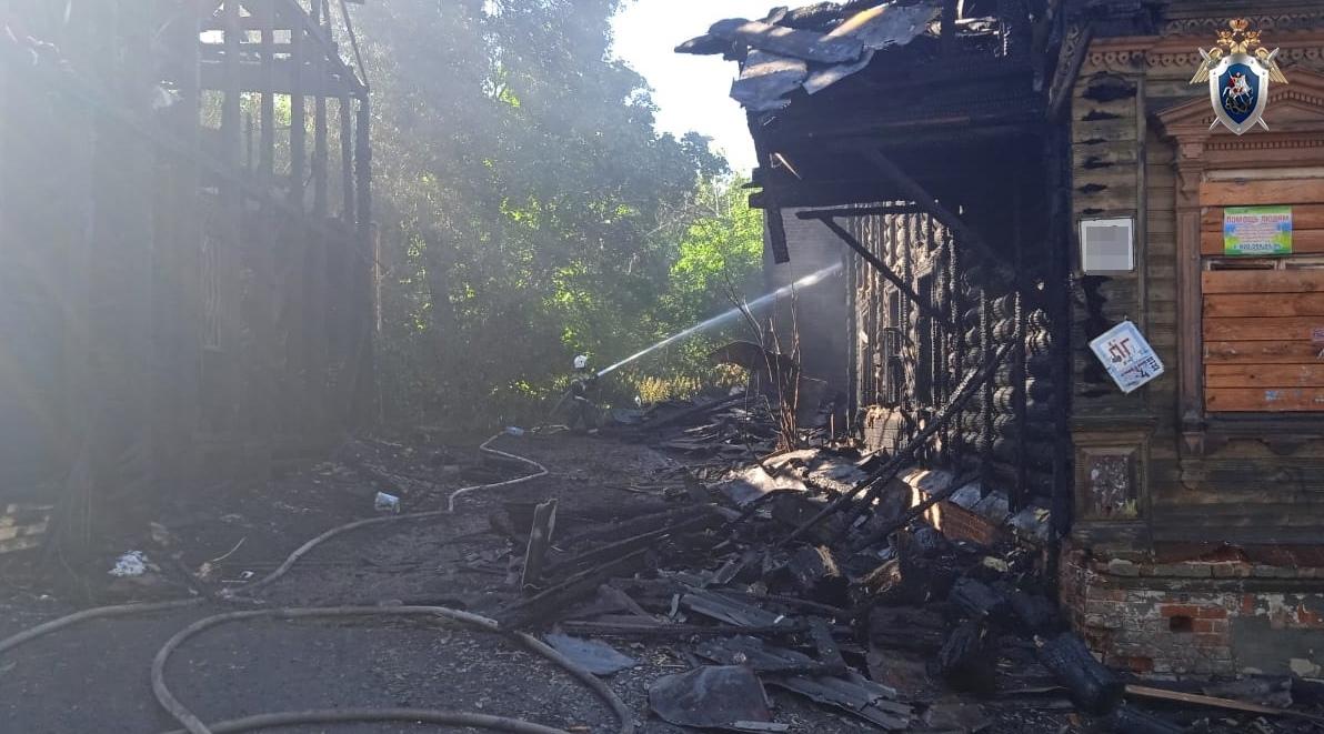 Следственный комитет выясняет причины гибели женщины на пожаре в заброшенном доме в Нижнем Новгороде