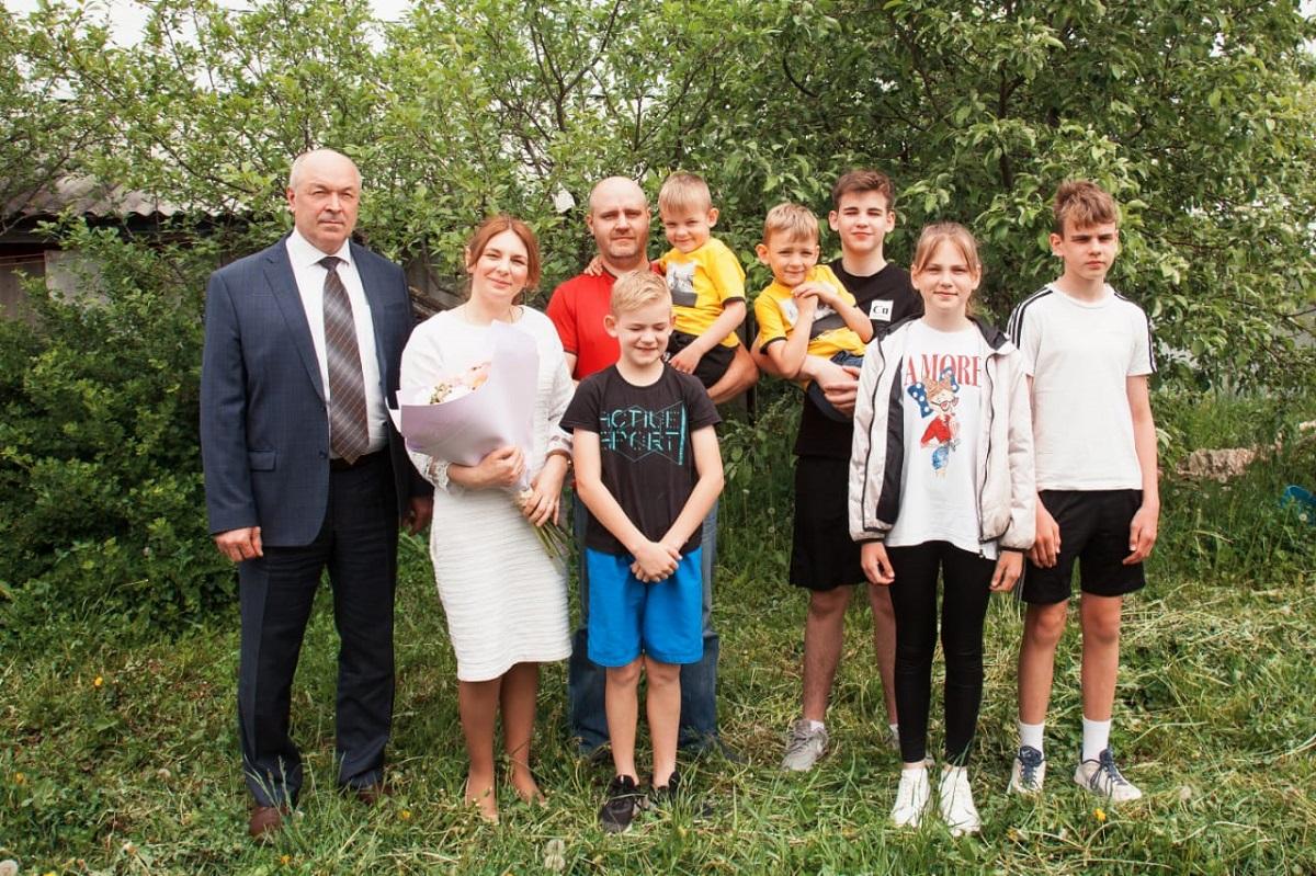 Евгений Лебедев поздравил многодетную семью с Днем защиты детей