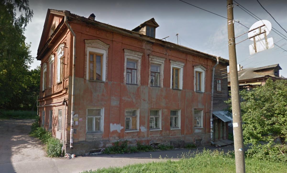 Заброшенный дом загорелся на улице Нижегородской