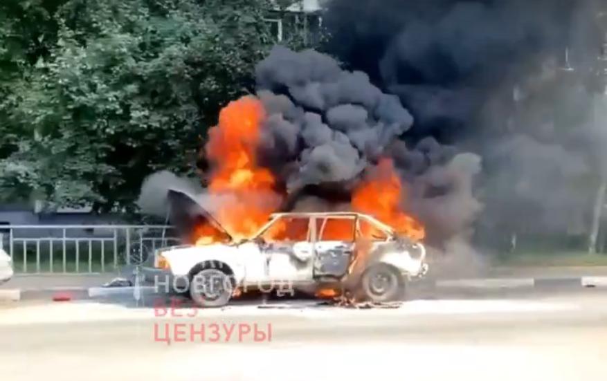 Автомобиль загорелся на Мещере в Нижнем Новгороде