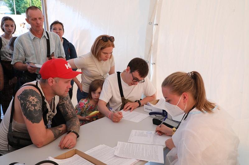 Почти 700 тестов и более 100 прививок сделали нижегородцы на фестивале «Столица закатов»