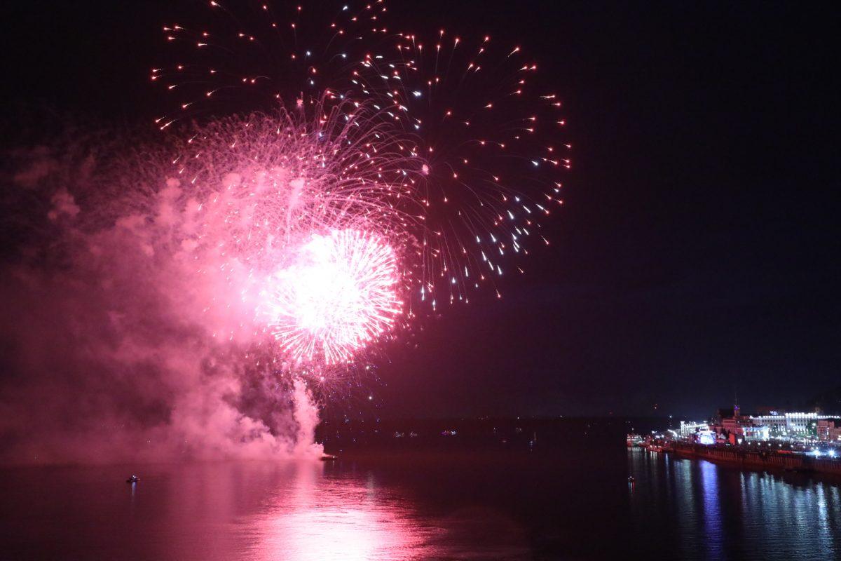 Видео дня: Праздничный салют расцвел над Нижним Новгородом