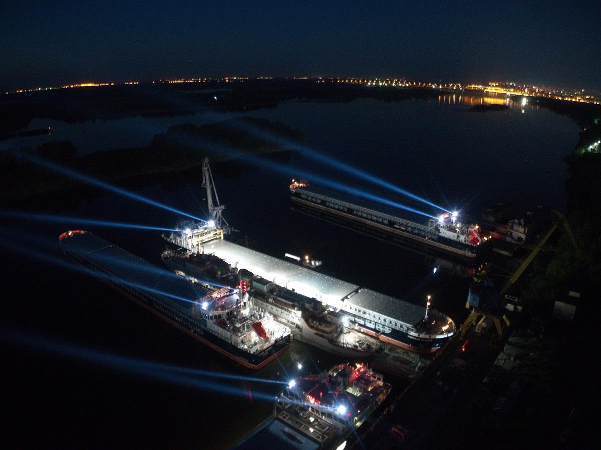 Назаводе «Красное Сормово» 5 сухогрузов скрестили лучи прожекторов врамках акции «Лучи Победы»