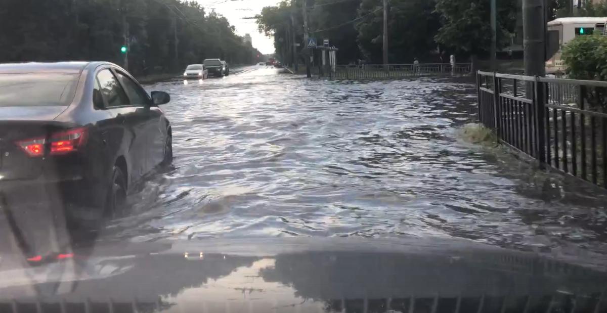 Огромные лужи образовались после дождя в Автозаводском районе: смотрим последствия