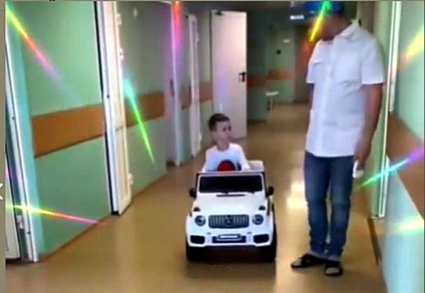 Маленьких пациентов катают на «кадиллаке» в детской клинической больнице Нижнего Новгорода (ВИДЕО)