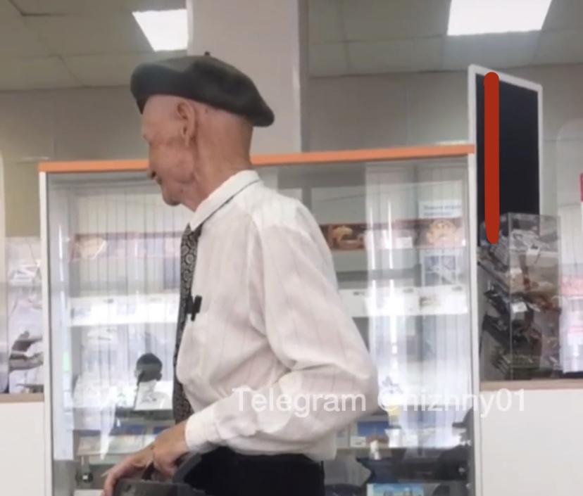 Пенсионер с магнитофонам развлекает нижегородцев в очередях на почте