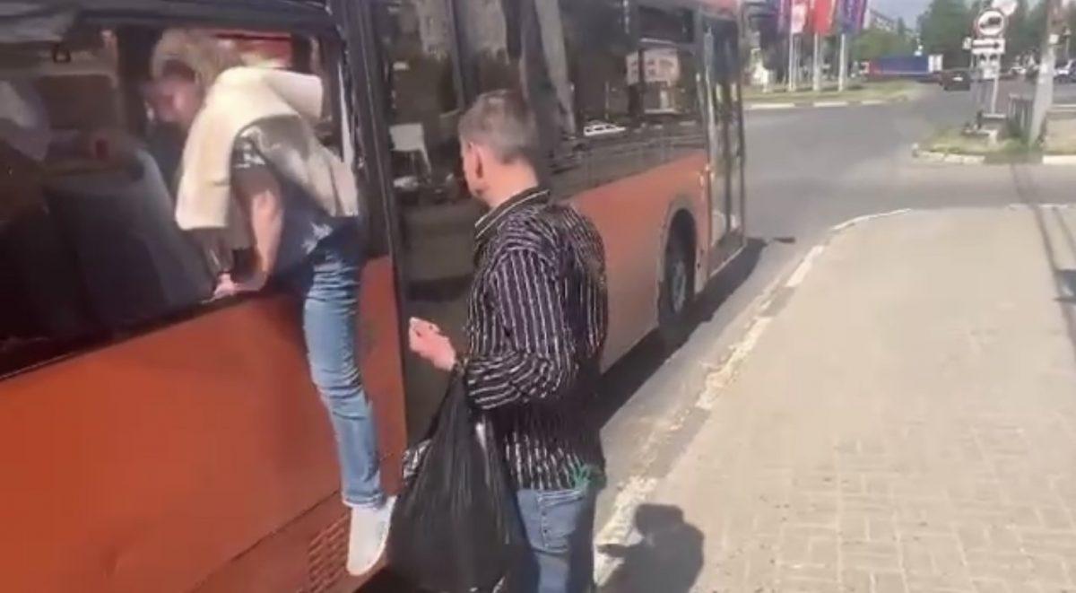 В Сормове пьяные пассажиры устроили дебош в автобусе и сбежали через разбитое окно