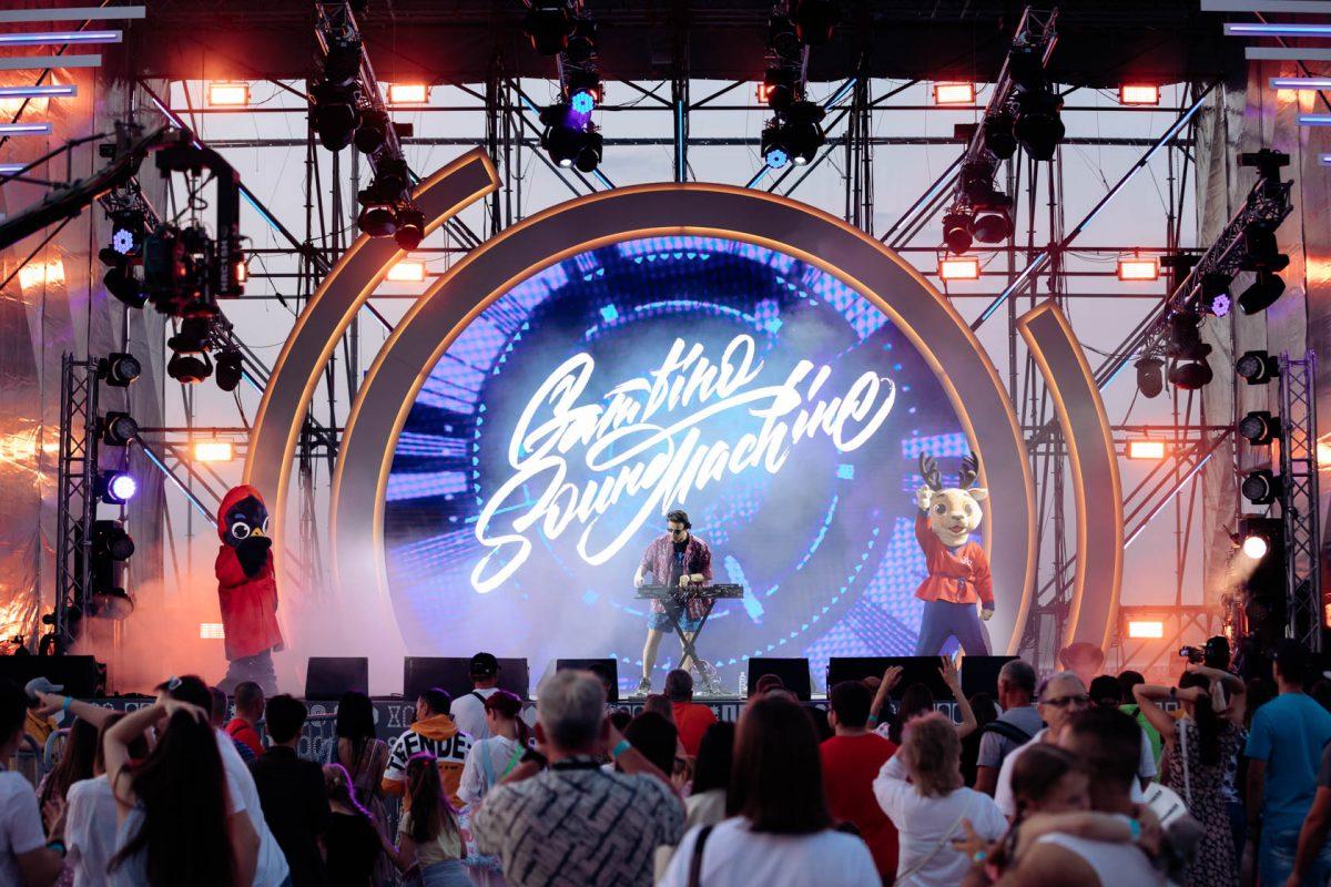 Музыка под дождем, фонарики и салют: смотрим, как прошел фестиваль «Столица закатов» в Нижнем Новгороде