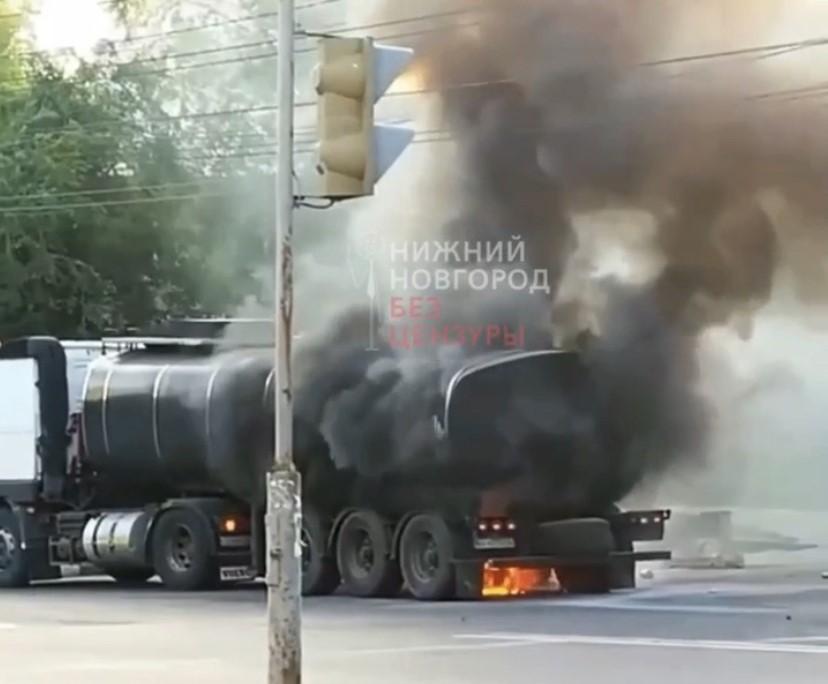 Колесо тягача с прицепом загорелось в Московском районе