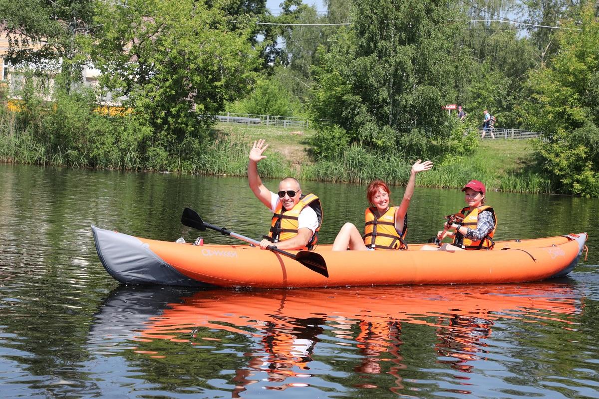 Сапсерфы, рафты, байдарки: люди с инвалидностью устроили заплыв на Сормовском озере