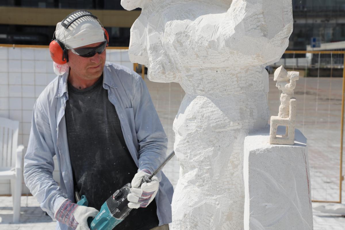 Форма камня: на площади Ленина мастера создают скульптуры к 800-летию