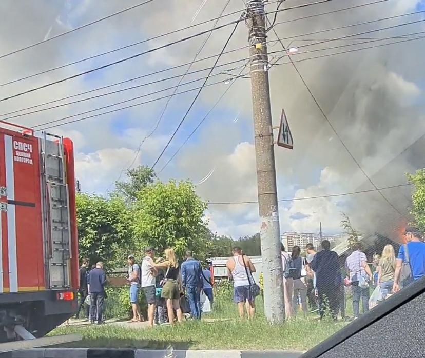 Частный дом загорелся в районе Комсомольской площади в Нижнем Новгороде