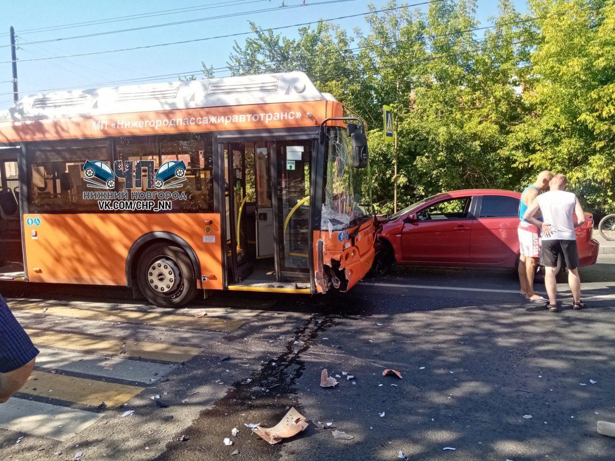 Две пассажирки автобуса пострадали в ДТП с двумя автомобилями на улице Вузовской в Нижнем Новгороде