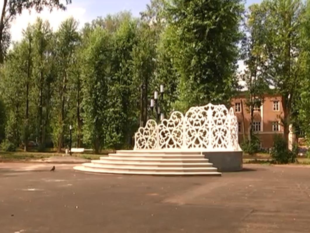 Сцену для проведения свадебных регистраций игородских праздников установили в одном из парковЛыскова