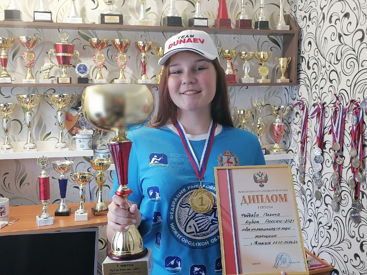 Рыбачка с мольбертом: юная художница завоевывает призы на рыболовных турнирах