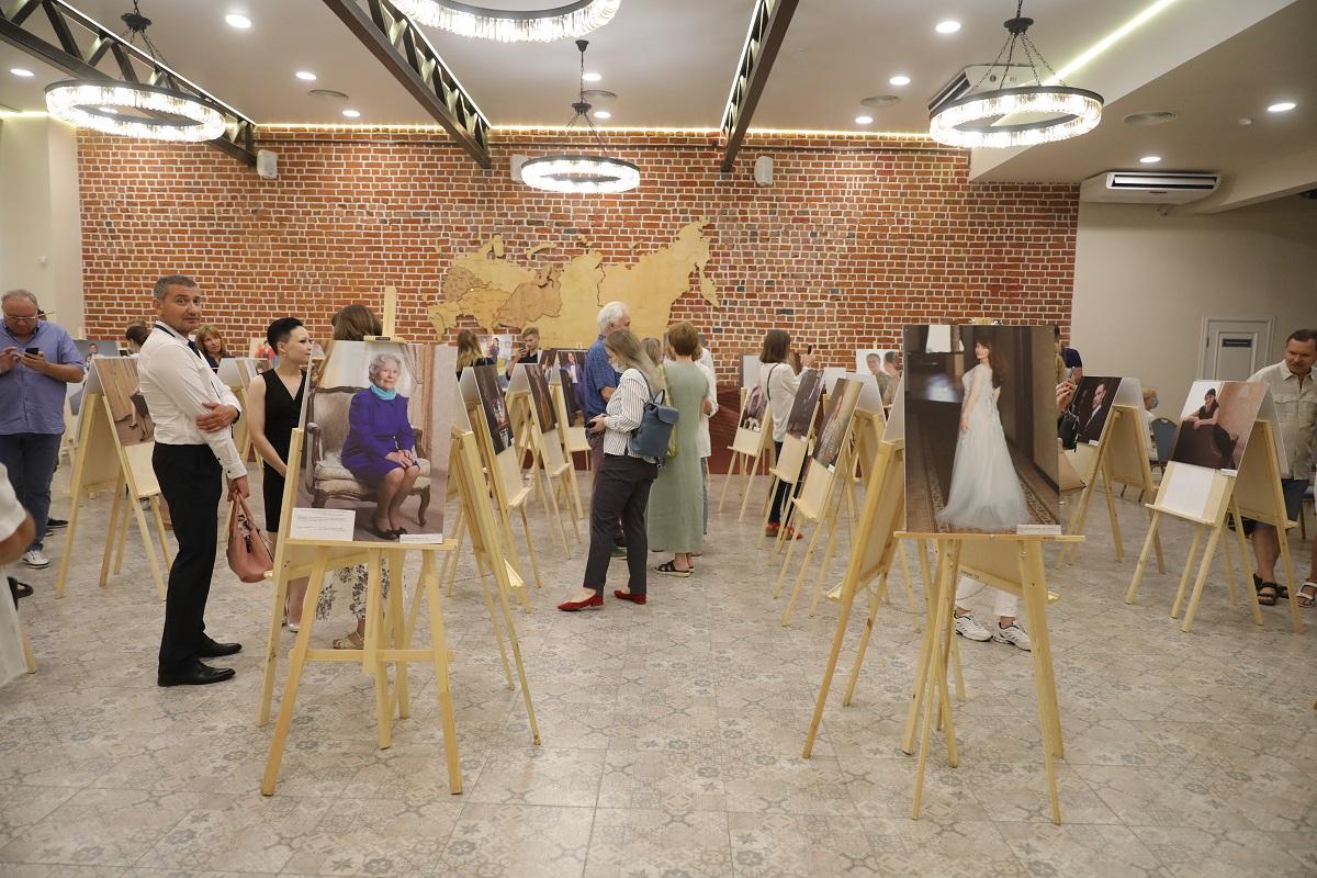 Выставка фотопортретов врачей «С них начинается Родина» открылась в Нижнем Новгороде