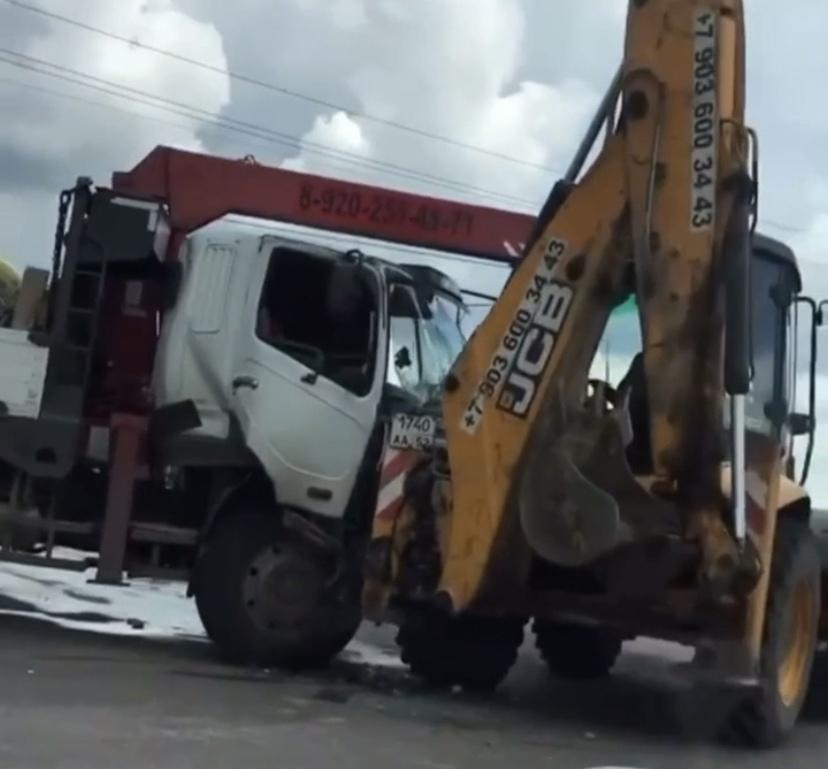 Грузовик столкнулся с трактором в Богородском районе