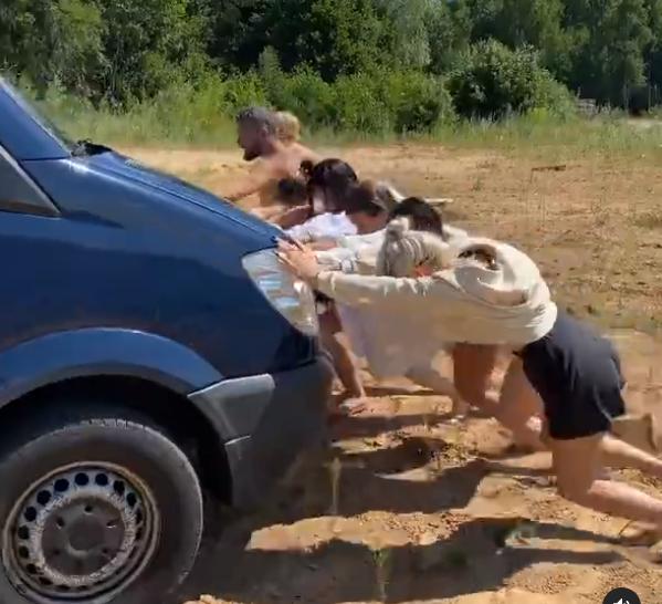 Дети лидера группы «UMA2RMAN» Владимира Кристовского выталкивали застрявший на пляже автобус