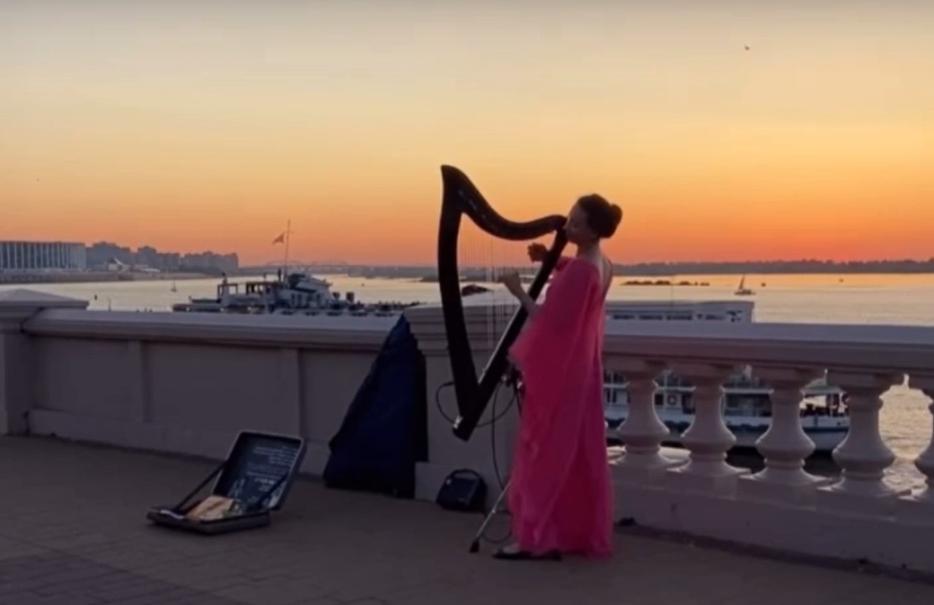 Видео дня: Девушка играет на арфе на Нижневолжской набережной
