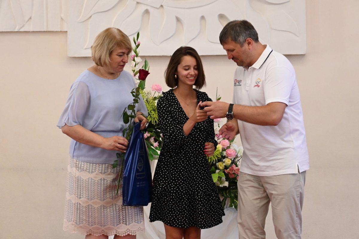 Глава Дзержинска Иван Носков вручил выпускникам школ медали