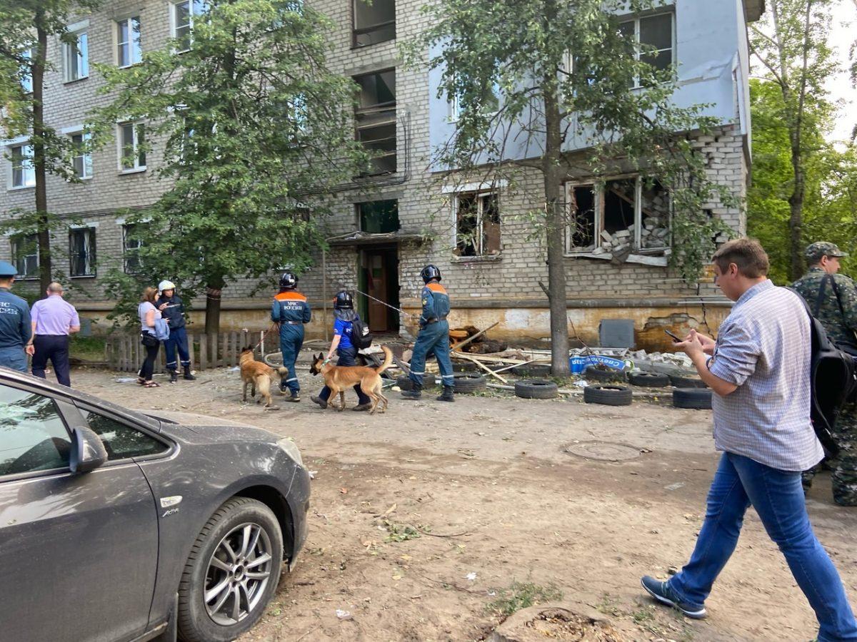 Сотрудники МЧС проводят обследование дома после хлопка газа на улице Светлоярской (ВИДЕО)