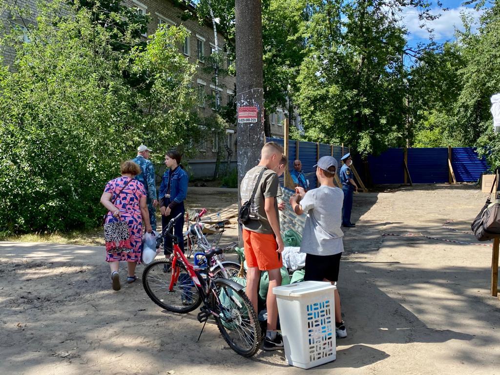 Жители дома на Светлоярской, где произошел взрыв газа, начали забирать вещи из пострадавших квартир
