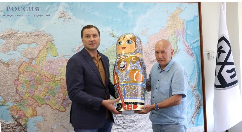 Президент нижегородского клуба СКИФ вручил матрешку с хохломой КХЛ в честь 25-летия клуба