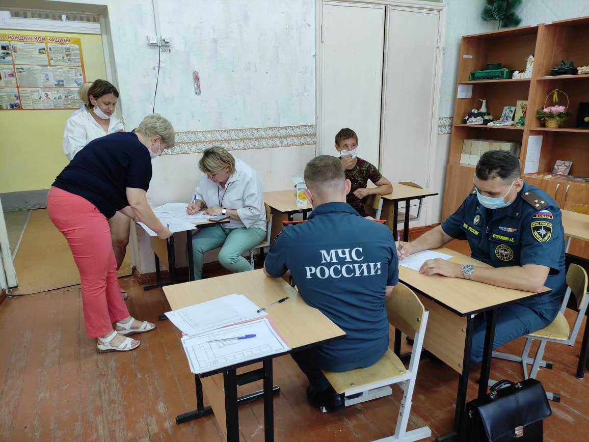 Психологи МЧС оказывают помощь жильцам пострадавшего от хлопка газа дома на улице Светлоярской