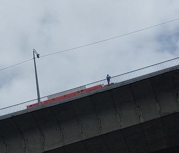 Сотрудники МЧС спасли молодого человека, стоявшего на краю Мызинского моста в Нижнем Новгороде