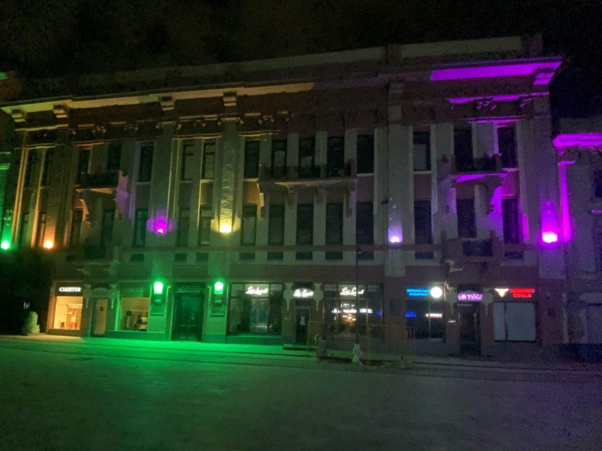 Подсветка заработала на фасадах домов на Большой Покровской