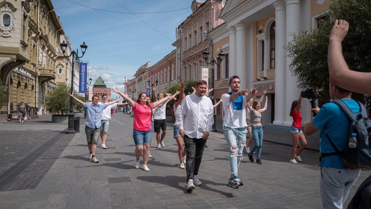 «С Минина на Горького пешком по Покровке!»: как снималось видеопоздравление Нижнему Новгороду