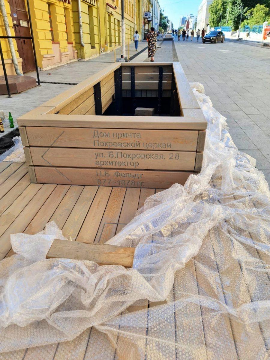 Ошибку в дате, которую обнаружили на новой скамейке на Большой Покровской, исправят