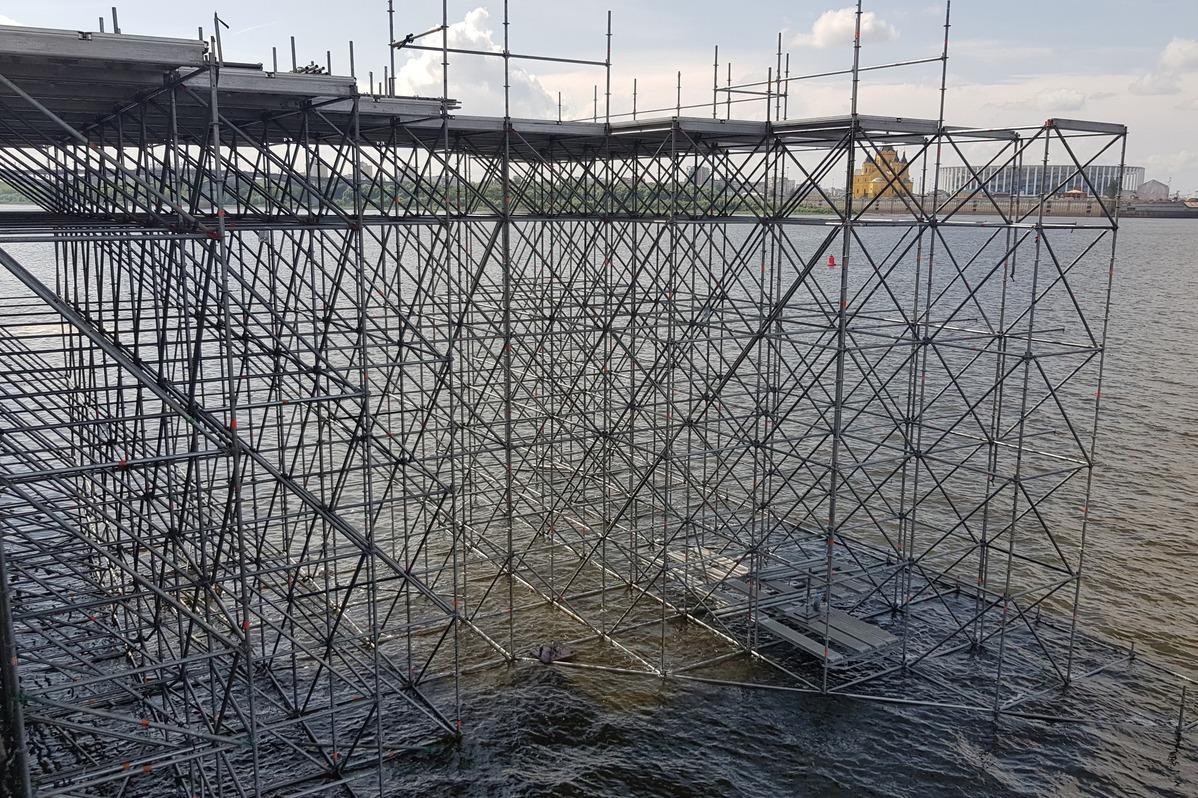 На Нижневолжской набережной уже начали возводить сцену к гала-шоу 800-летия Нижнего Новгорода
