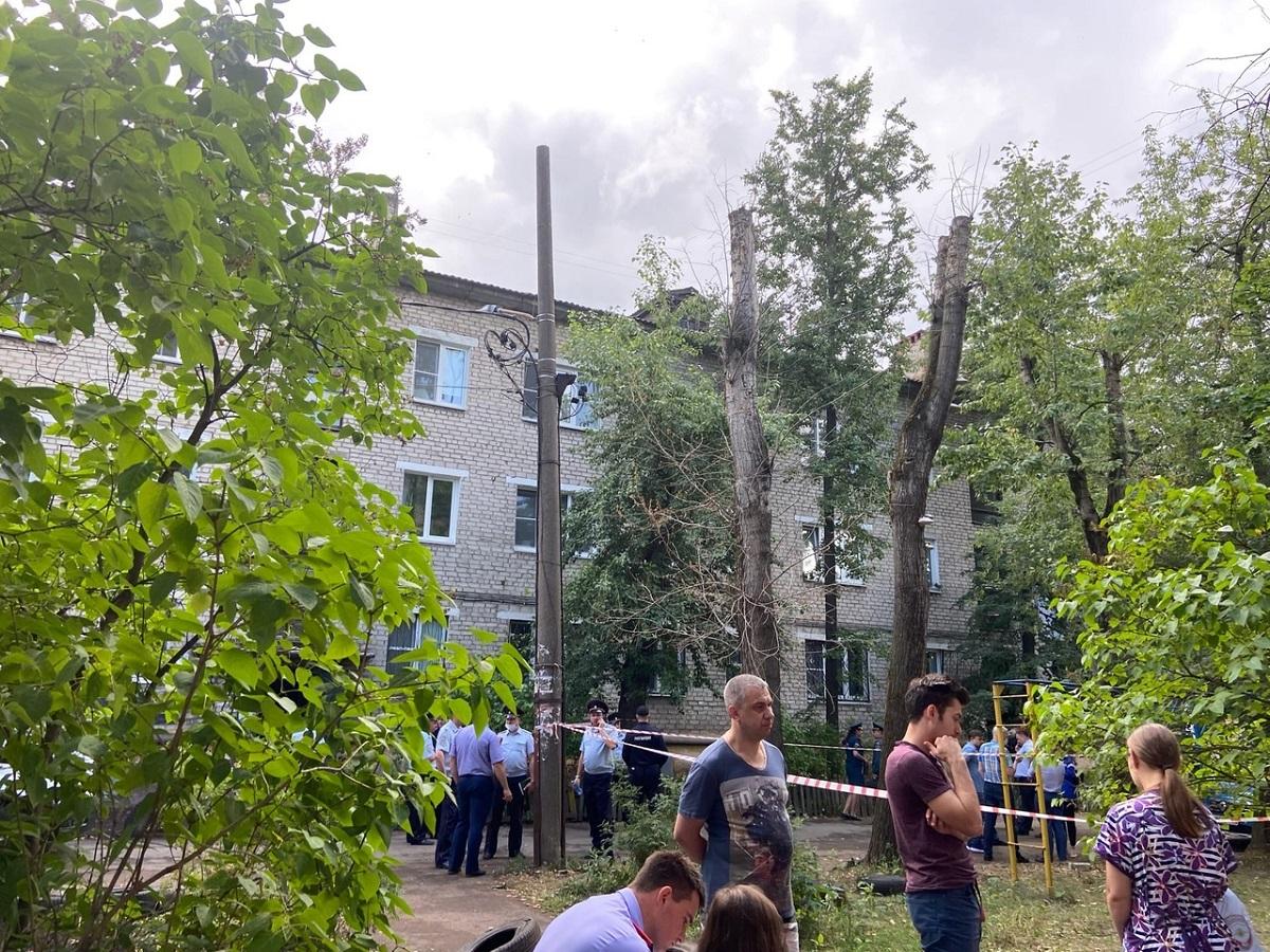 Сотрудники полиции оцепили место происшествия на улице Светлоярской