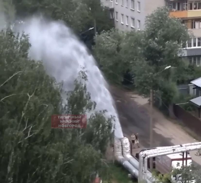 Трубу с холодной водой прорвало на улице Радио в Ленинском районе