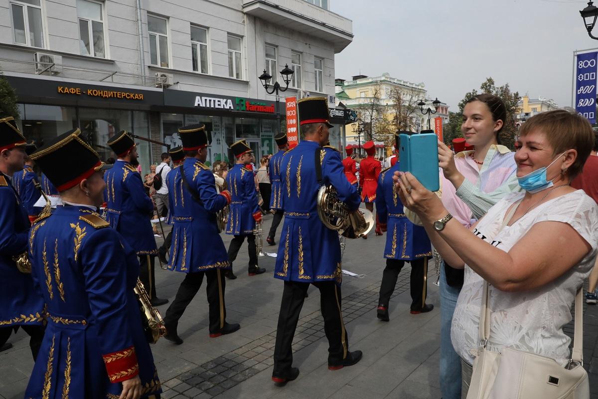 парад оркестров на Большой Покровской