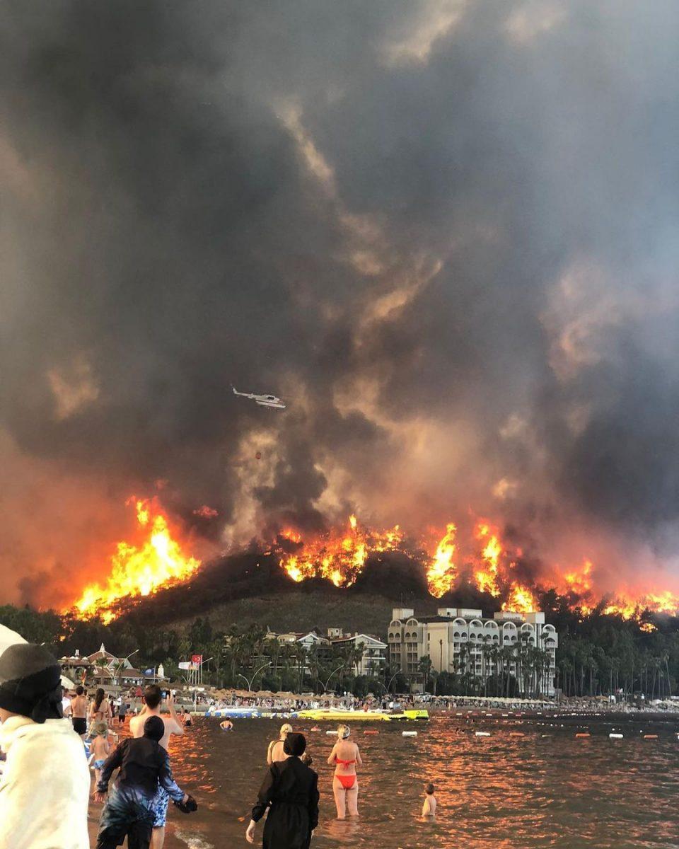 Туристов из Турции экстренно эвакуируют из-за пожаров