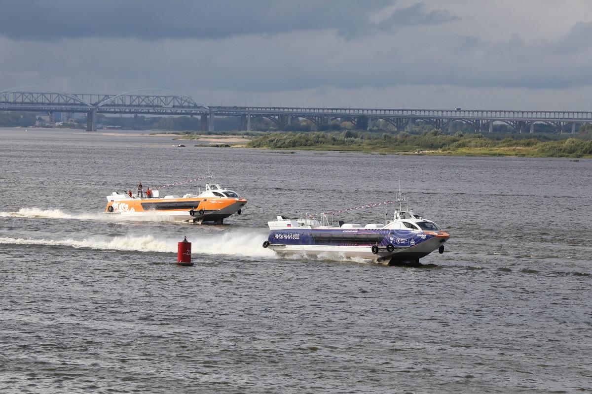 Парад судов наподводных крыльях прошел вместе слияния Волги иОки