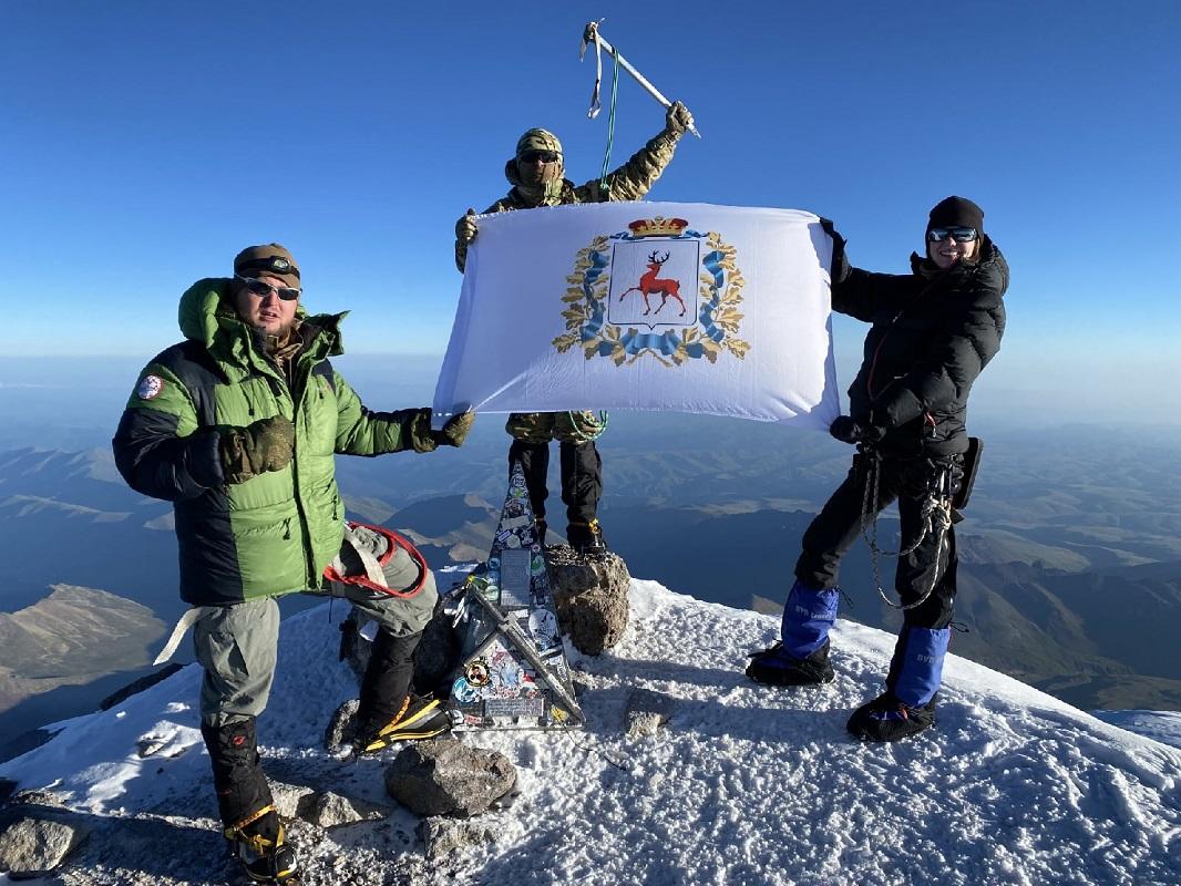 Альпинист Роман Попков установил флаг Нижегородской области на вершине Эльбруса