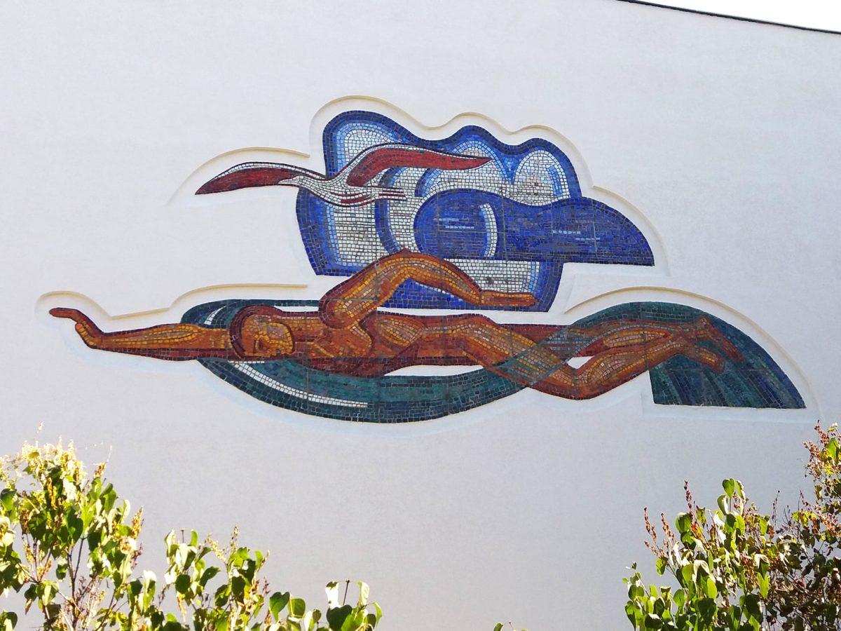 Многострадальный мозаичный пловец на стене бассейна «Чайка» полностью восстановлен