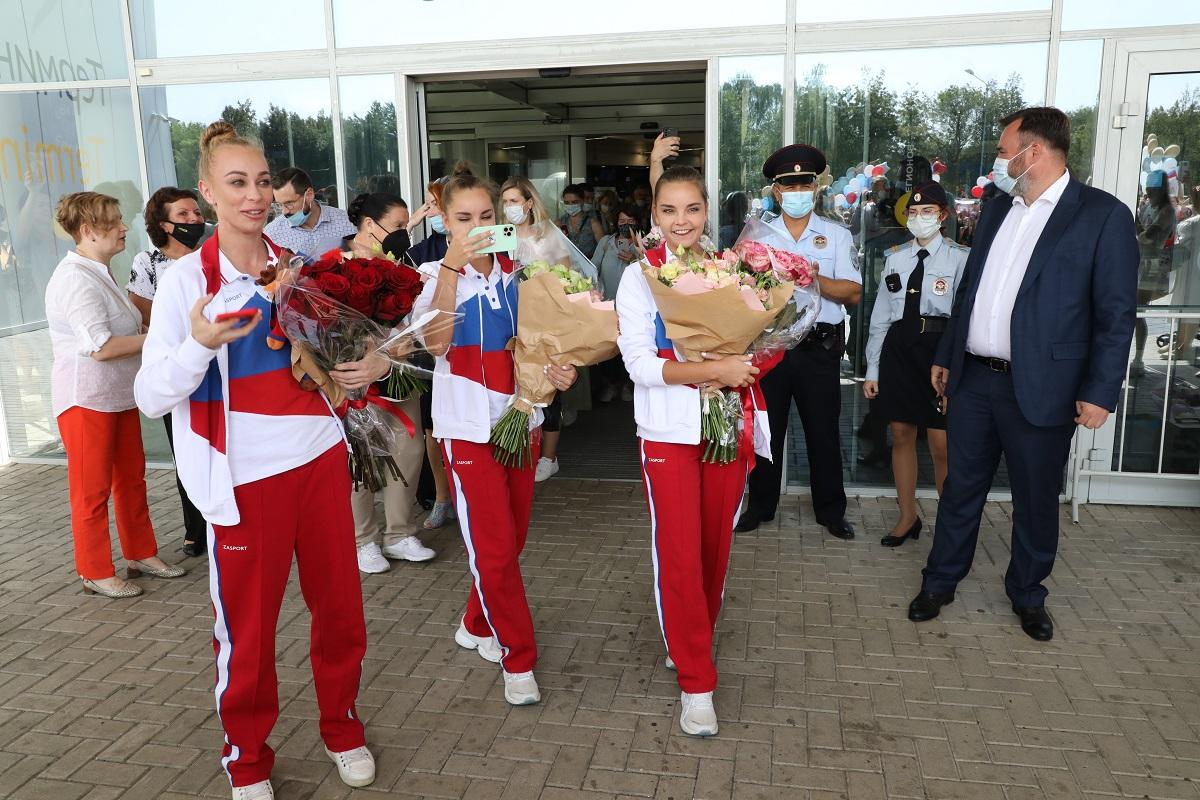 Сестры Аверины приехали в Нижний Новгород: смотрим, как встречали в аэропорту знаменитых гимнасток