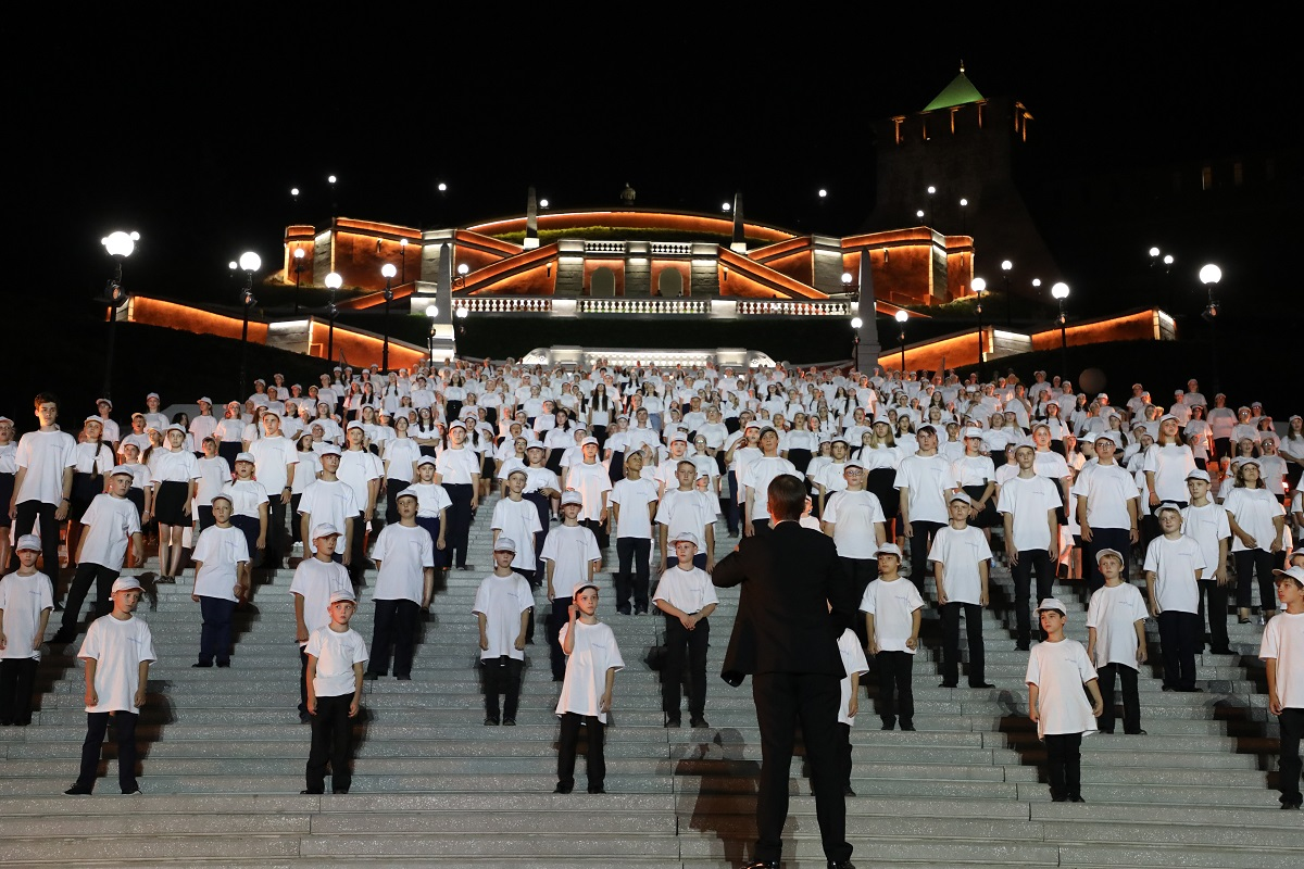 Хор из 800 человек выступил на Чкаловской лестнице в Нижнем Новгороде