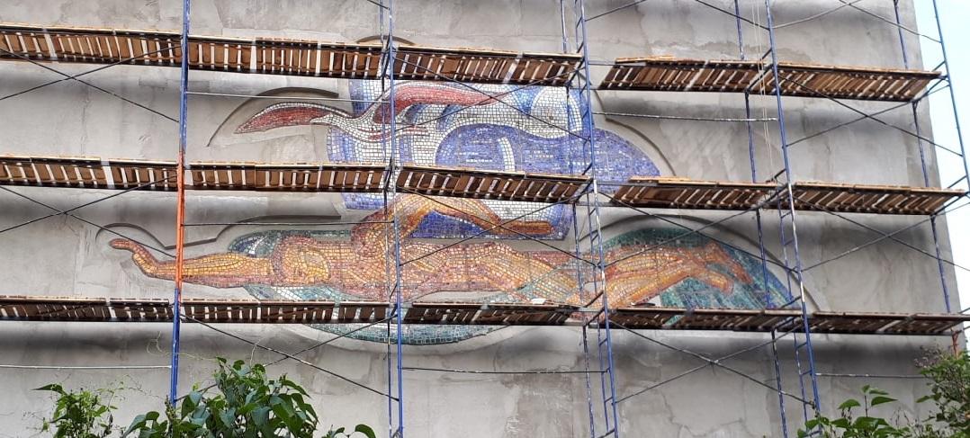 Мозаика с пловцом вернулась на здание бассейна «Чайка»: смотрим, что изменилось