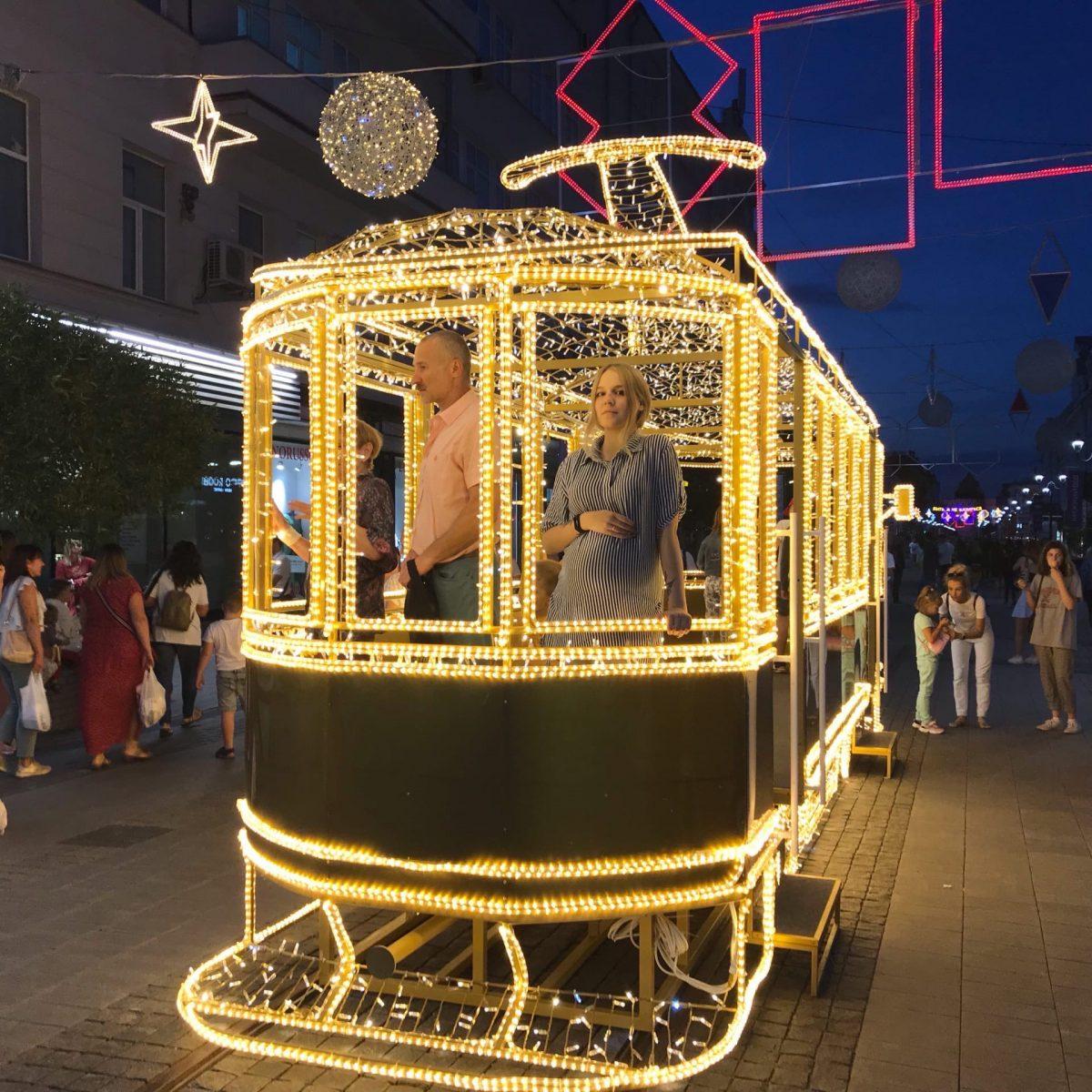 Фото дня: на Большой Покровской появился светящийся трамвай