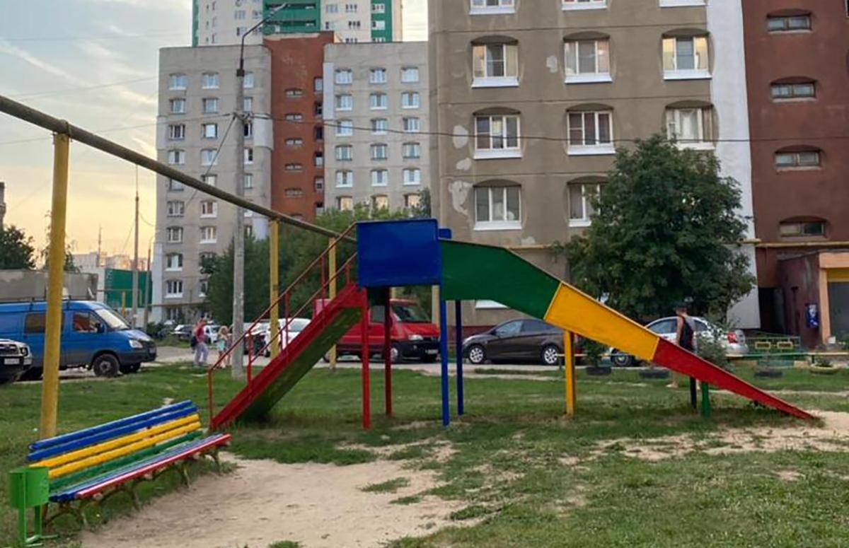 Депутаты-единороссы помогают волонтерам ремонтировать детские площадки