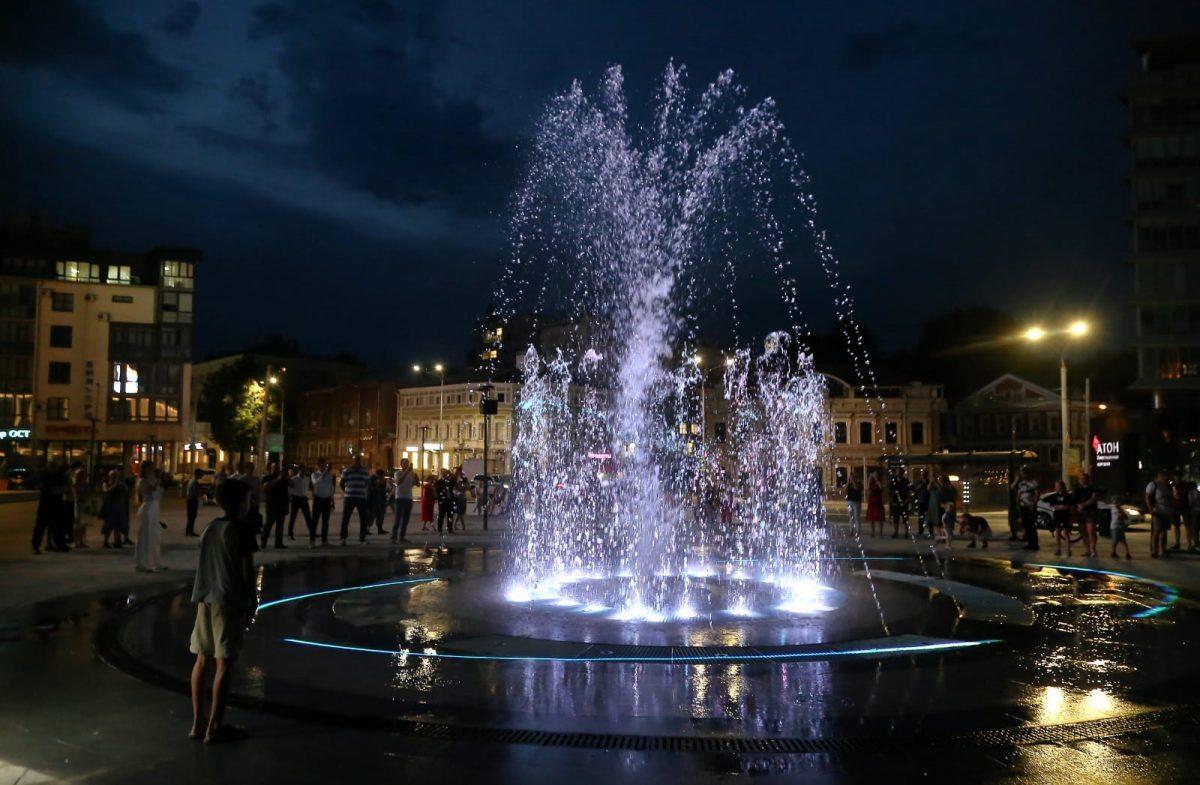 «Сухой» светомузыкальный фонтан заработал уконцертного зала «Юпитер» вНижнем Новгороде